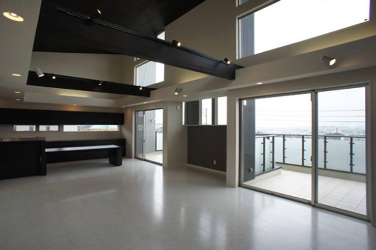 ~開放感あふれる暮らしを楽しむ『回遊する眺望リビングの家』: 西薗守 住空間設計室が手掛けたリビングです。,