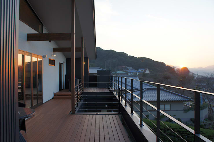 ~山に抱かれた暮らしを楽しむ『自然の潤いと共に暮らす家』: 西薗守 住空間設計室が手掛けたテラス・ベランダです。,