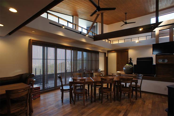 ~山に抱かれた暮らしを楽しむ『自然の潤いと共に暮らす家』: 西薗守 住空間設計室が手掛けたリビングです。,