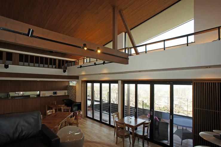 ~山に抱かれた暮らしを楽しむ『自然の潤いと共に暮らす家』: 西薗守 住空間設計室が手掛けたリビングです。