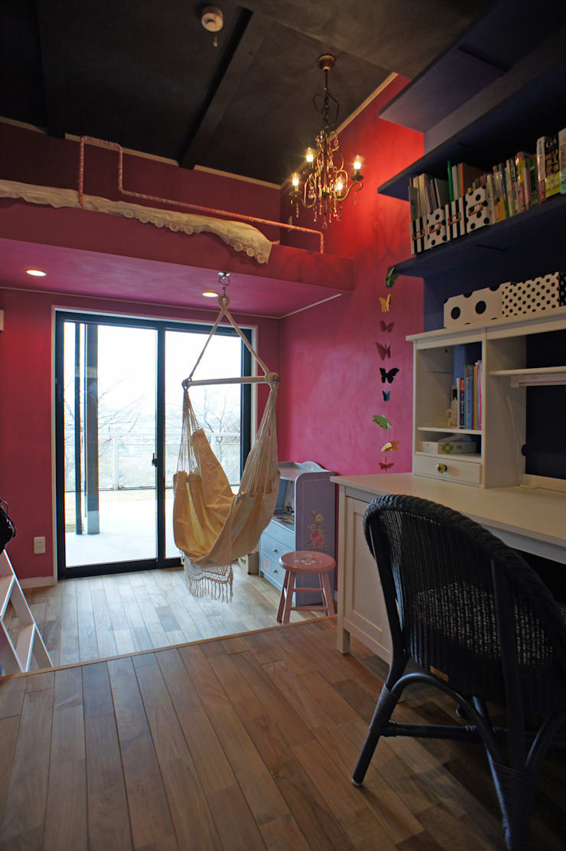 ~山に抱かれた暮らしを楽しむ『自然の潤いと共に暮らす家』: 西薗守 住空間設計室が手掛けた女の子部屋です。,