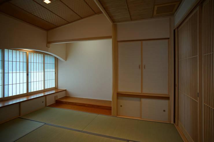 ~深い軒の外部空間を楽しむ『平屋の大屋根の美しい家』: 西薗守 住空間設計室が手掛けた和室です。