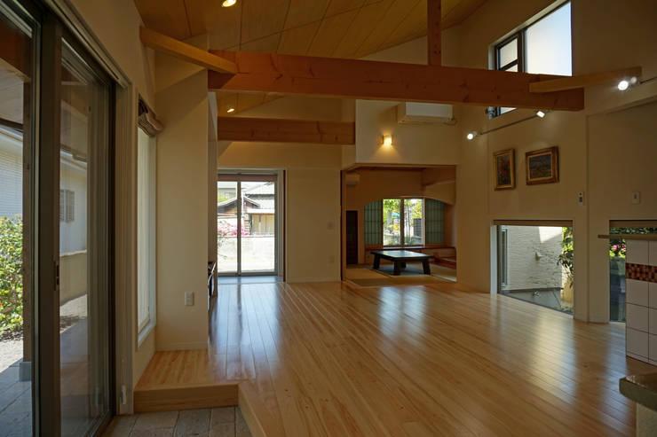 ~深い軒の外部空間を楽しむ『平屋の大屋根の美しい家』: 西薗守 住空間設計室が手掛けたリビングです。