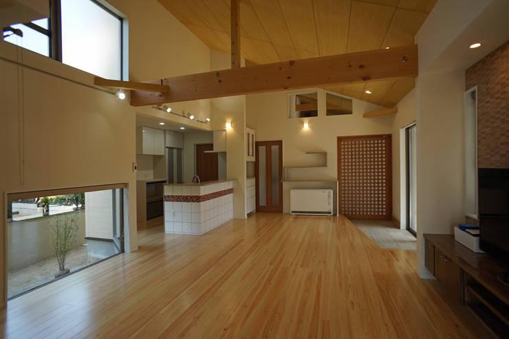 ~深い軒の外部空間を楽しむ『平屋の大屋根の美しい家』: 西薗守 住空間設計室が手掛けたダイニングです。