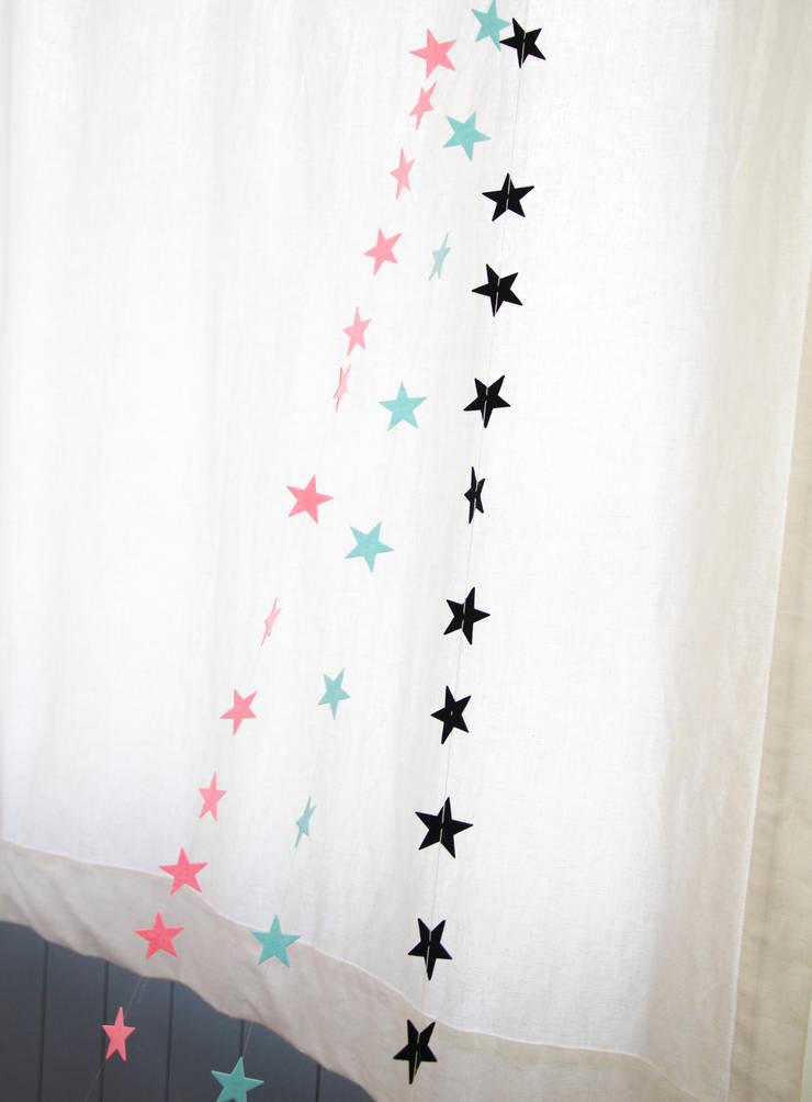 포인트 데코소품 별 가랜드: (주)꿈비의  아이 방