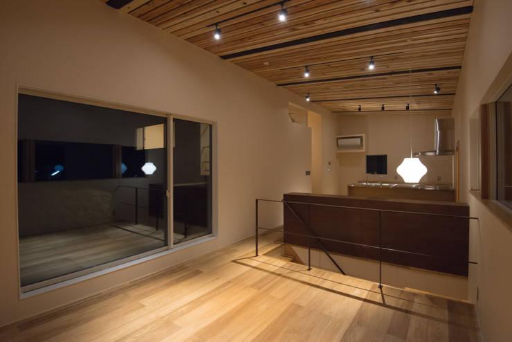 三御堂の家: 市川設計スタジオが手掛けたリビングです。