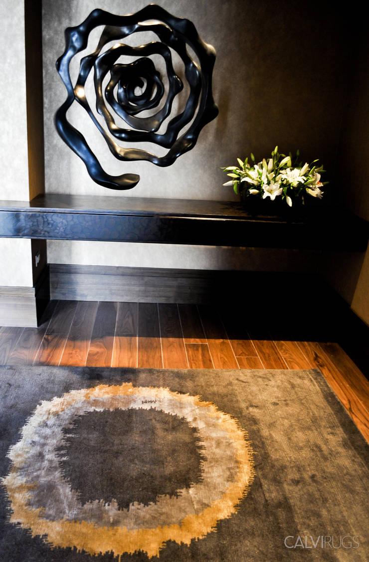 Amanecer: Vestíbulos, pasillos y escaleras de estilo  por Calvirugs