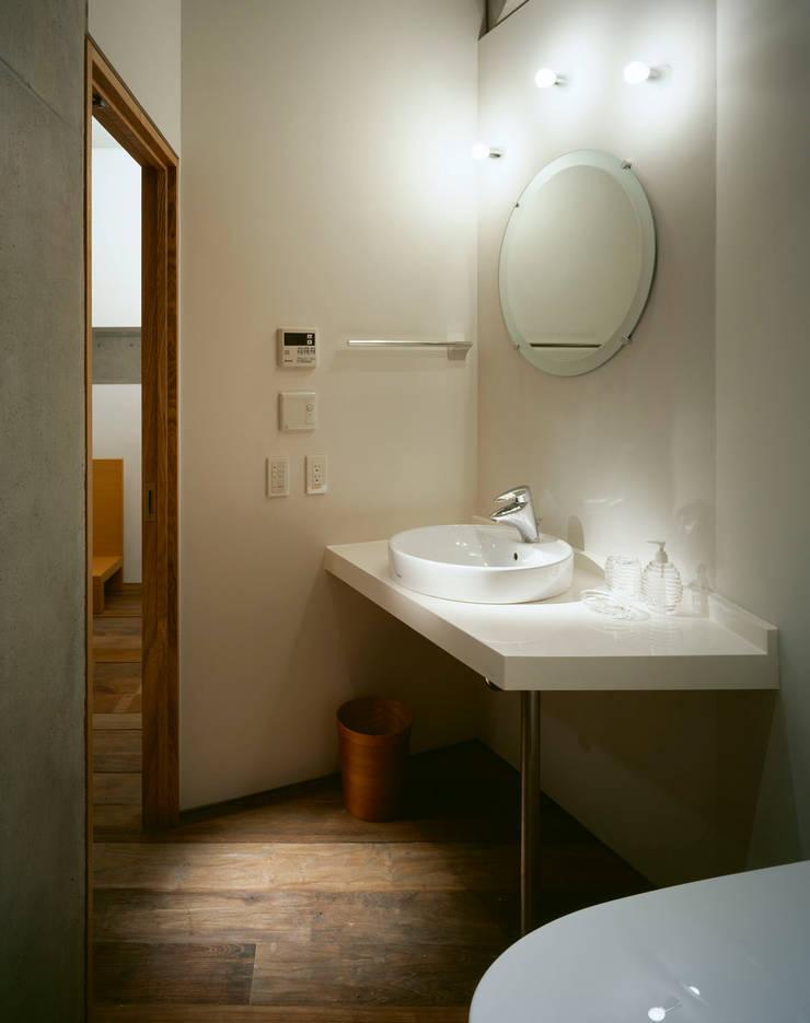 南東全景: Guen BERTHEAU-SUZUKI  Co.,Ltd.が手掛けた浴室です。,