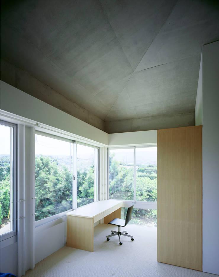1階ゲストルーム洗面: Guen BERTHEAU-SUZUKI  Co.,Ltd.が手掛けた寝室です。,