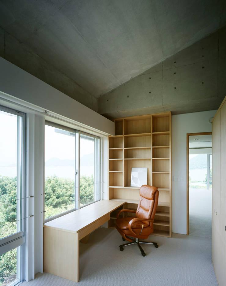 2階昼間のリビングルーム: Guen BERTHEAU-SUZUKI  Co.,Ltd.が手掛けた寝室です。