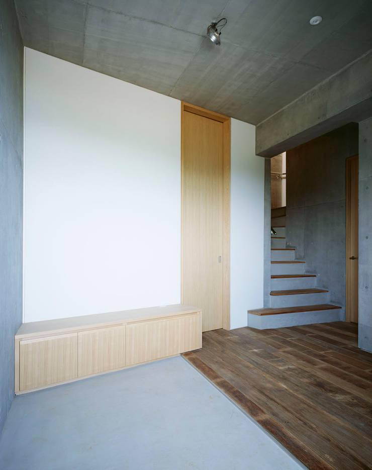 2階ご主人室: Guen BERTHEAU-SUZUKI  Co.,Ltd.が手掛けた廊下 & 玄関です。,
