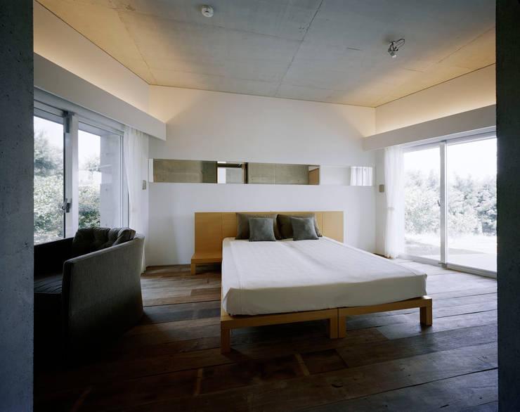 2階LDK: Guen BERTHEAU-SUZUKI  Co.,Ltd.が手掛けた寝室です。,