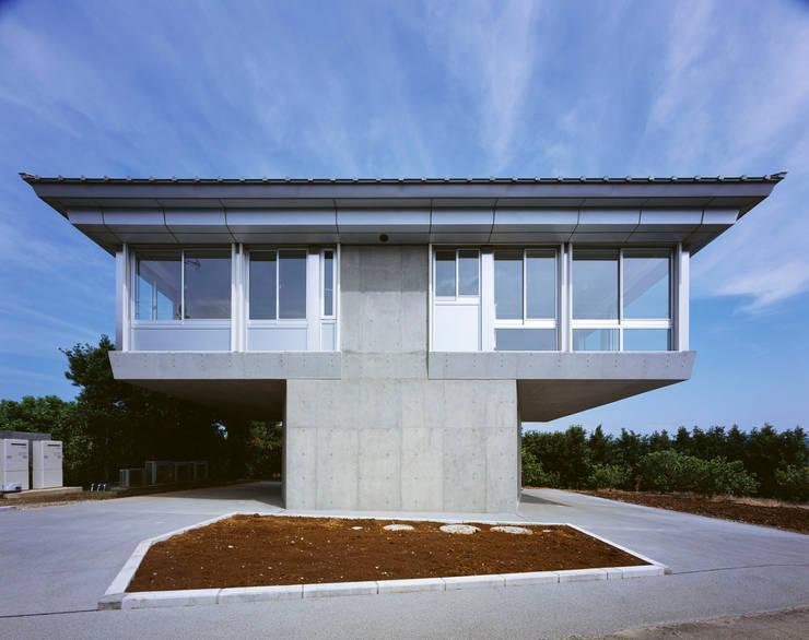 2階夜景のリビングルーム: Guen BERTHEAU-SUZUKI  Co.,Ltd.が手掛けた家です。,
