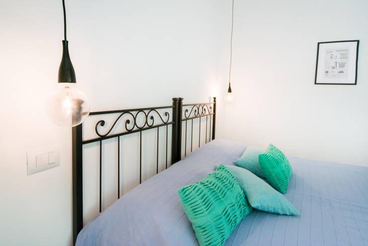DETTAGLIO LUCE - COMODINI: Camera da letto in stile  di PADIGLIONE B