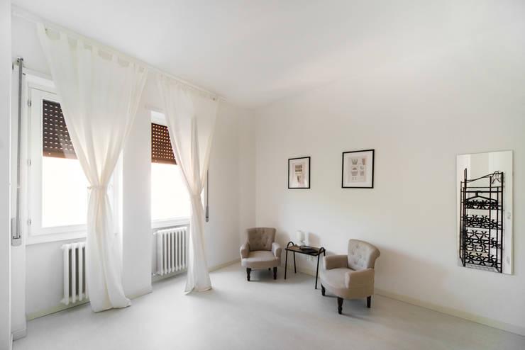 Dormitorios de estilo minimalista de PADIGLIONE B