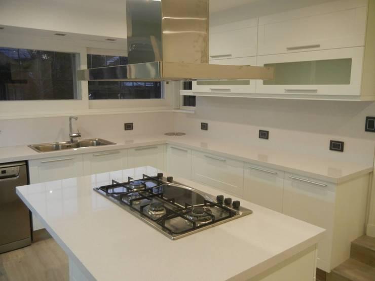 Casa en San Isidro reforma interior: Cocinas de estilo  por Fainzilber Arqts.
