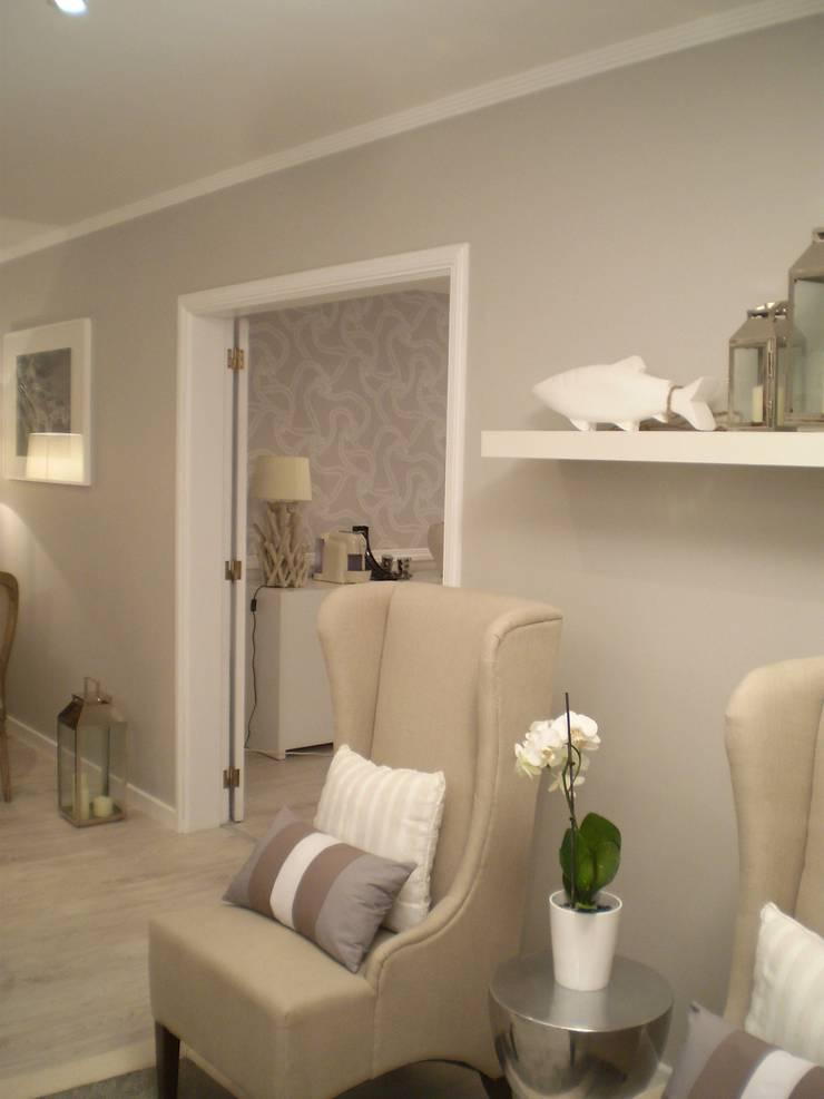 Sala de Estar com passagem para a Sala de Jantar:   por Isabel Pires de Lima - Interior Design