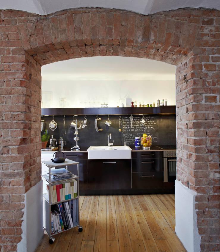 Patiowohnung: industriale Küche von Wirth Architekten