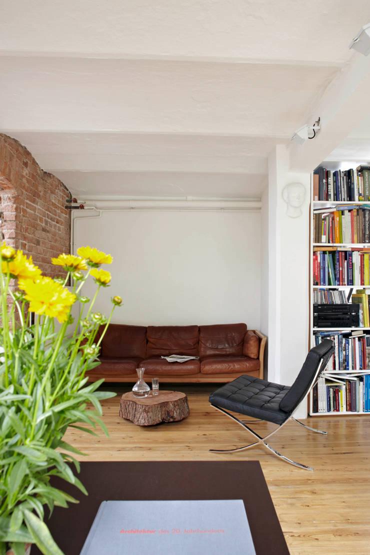 Patiowohnung: industriale Wohnzimmer von Wirth Architekten
