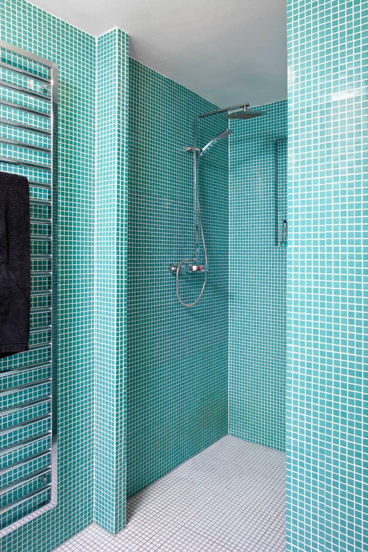 Patiowohnung: industriale Badezimmer von Wirth Architekten