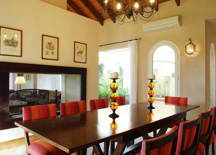 Sala da pranzo in stile  di JUNOR ARQUITECTOS