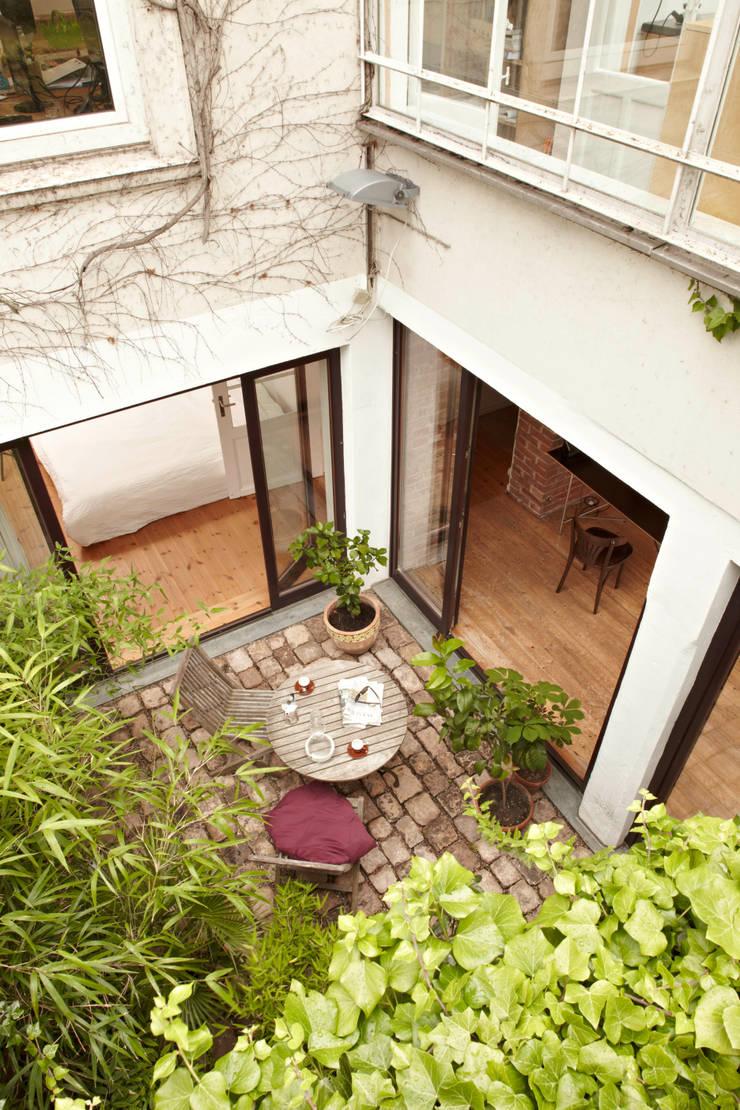 Patiowohnung: industriale Häuser von Wirth Architekten