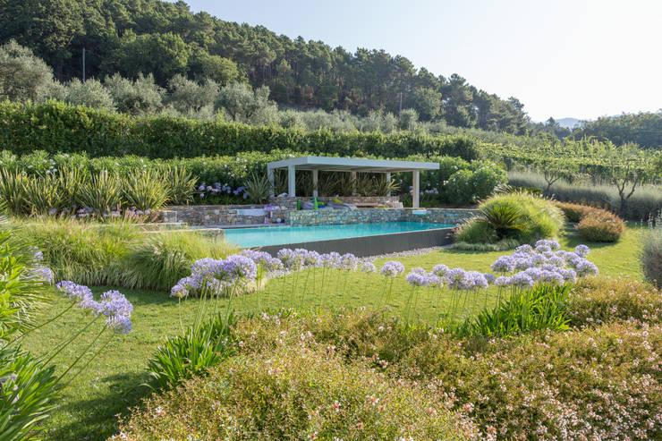 Un giardino scolpito per una proprietà privata: Giardino in stile in stile Mediterraneo di Giuseppe Lunardini Architetto del Paesaggio