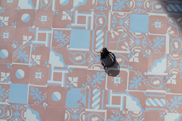 Patchwork cementine - rosa& azzurro: Pareti in stile  di Romano pavimenti