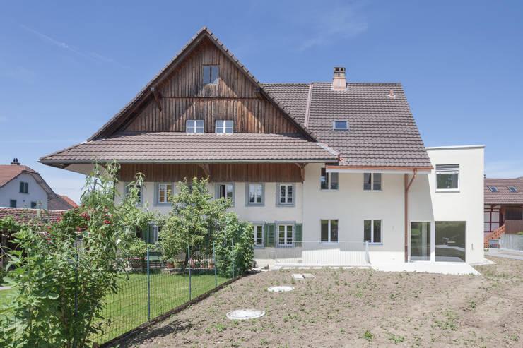 """Zu-/Umbau Haus """"Bühlmattenweg"""", Muri AG: moderne Häuser von a4D Architekten AG"""