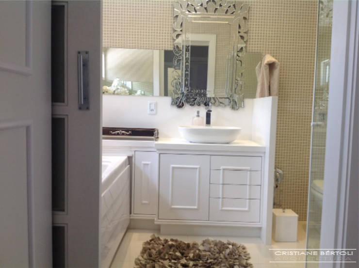 Banheiro romântico: Banheiros  por Cristiane Bértoli Arquitetura