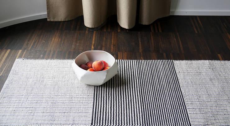 Aava Teppich:  Wohnzimmer von annasaarinen Textilmanufaktur