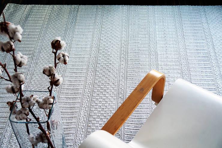 Teppich Ornamentti Hell:  Wohnzimmer von annasaarinen Textilmanufaktur