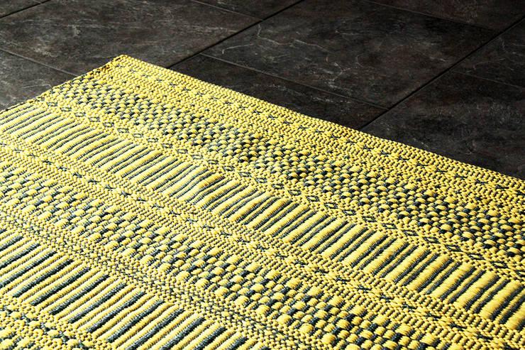Baumwolle Teppiche:  Wohnzimmer von annasaarinen Textilmanufaktur