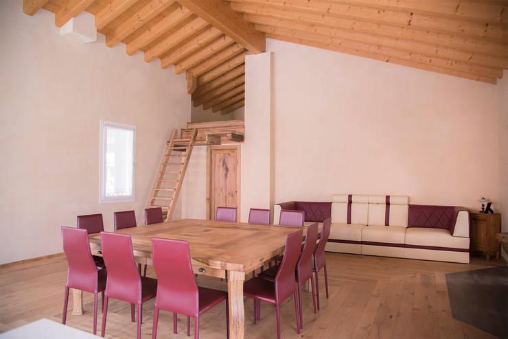 Villa Rustica: Soggiorno in stile in stile Rustico di RI-NOVO