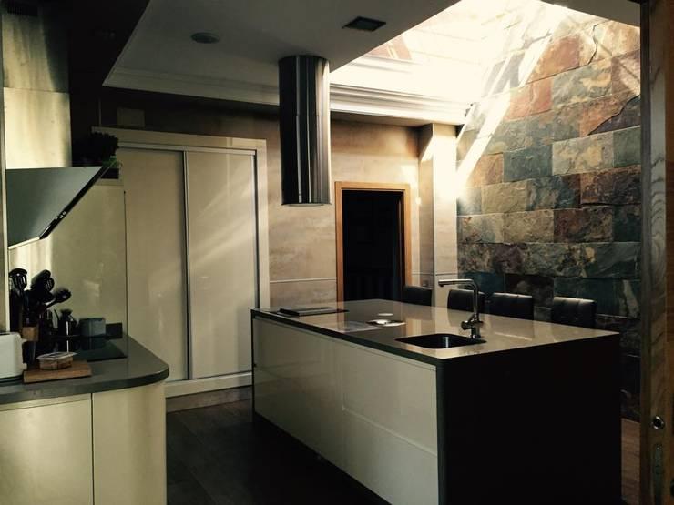 vivienda sevilla: Cocinas de estilo  de Architect Hugo Castro  - HC Estudio  Arquitectura y Decoración