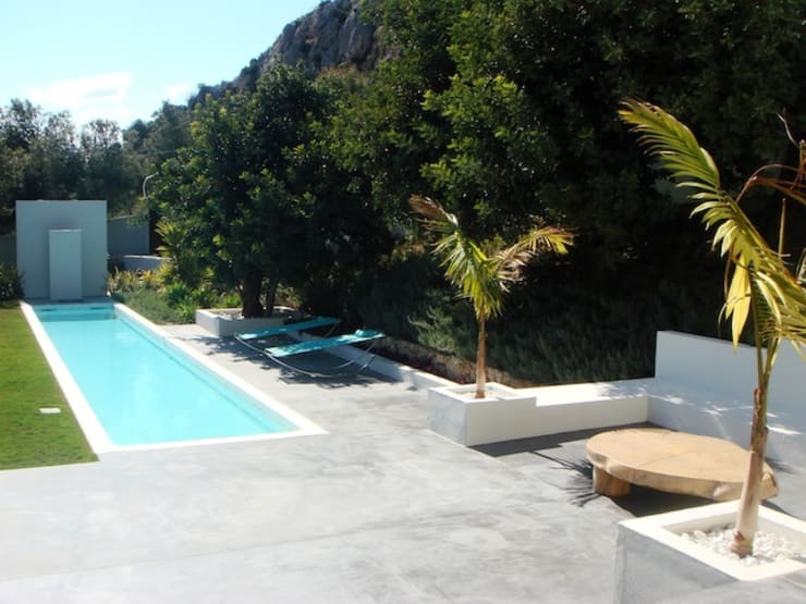 villa en el limonar malaga: Piscinas de estilo  de Architect Hugo Castro  - HC Estudio  Arquitectura y Decoración