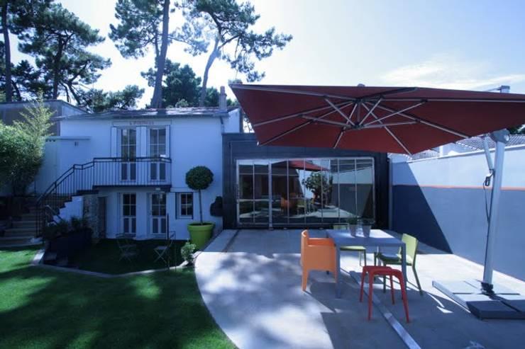 Tabary Le Lay : eklektik tarz tarz Balkon, Veranda & Teras