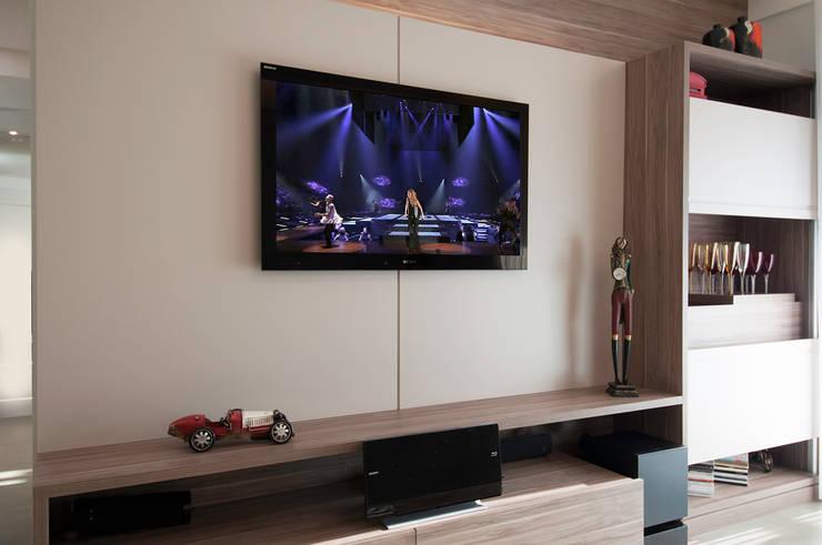 Apartamento Morumbi: Salas multimídia  por Figoli-Ravecca Arquitetos Associados,