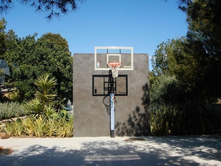 villa en el limonar malaga: Jardines de estilo  de Architect Hugo Castro  - HC Estudio  Arquitectura y Decoración
