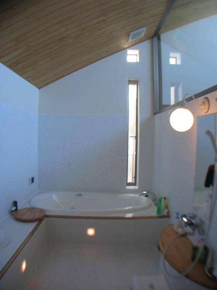 朝陽向きの空を眺める浴室: 株式会社誠風庵・大山一誠アトリエが手掛けたスパ・サウナです。