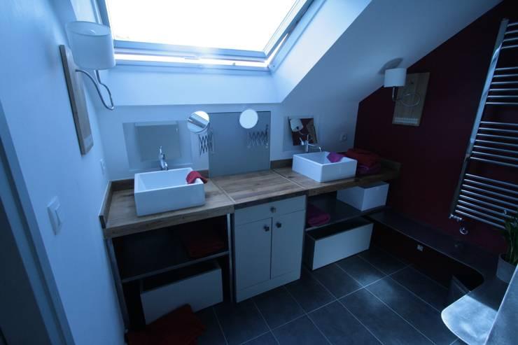 La maison roulante AVANT / APRES: Salle de bain de style de style eclectique par Tabary Le Lay