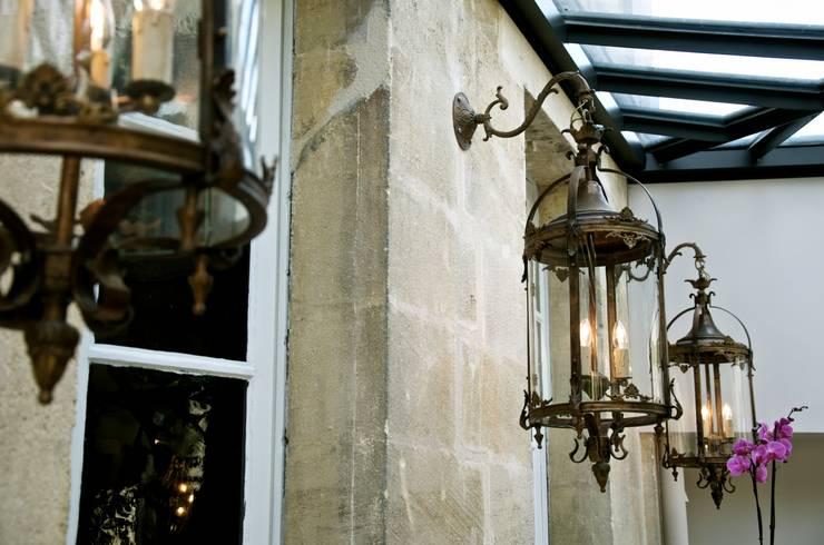 La véranda pour la lumière.: Terrasse de style  par Cabanes & Chateaux