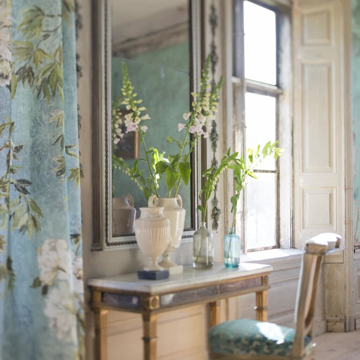 Designers Guild Autunm/ Winter collections 2015: Corredor, hall e escadas  por Pedroso&Osório
