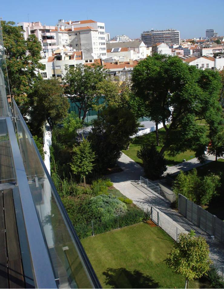 Condomínio S. Bernardo 110: Jardins  por Ceregeiro-Arquitectura Paisagista