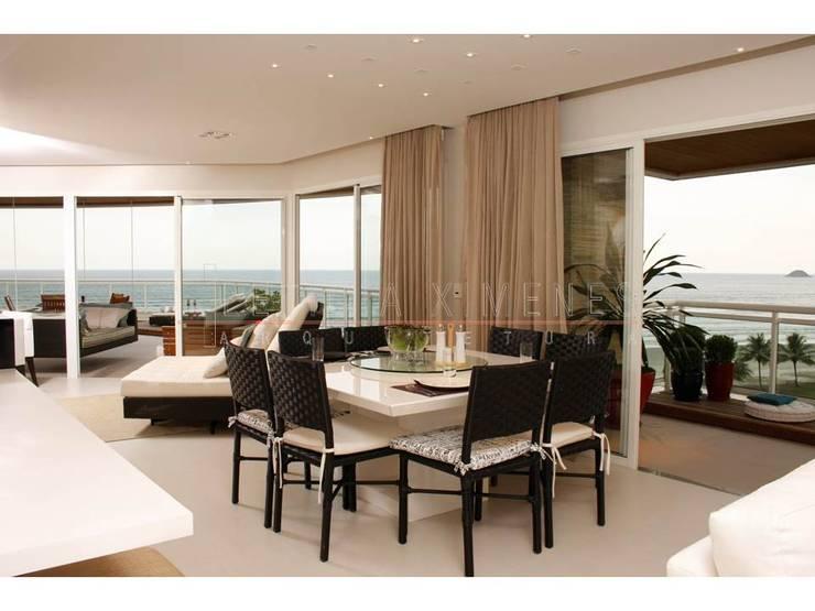 cadeiras pretas, cortina automatizada: Salas de jantar modernas por LX Arquitetura