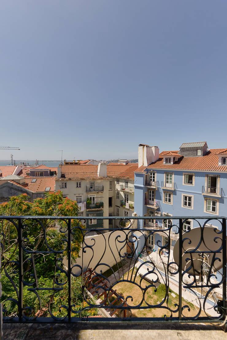 """""""Pied-à-terre"""" in Lisbon: Casas  por INSIGHT - Interior Architecture and Design"""