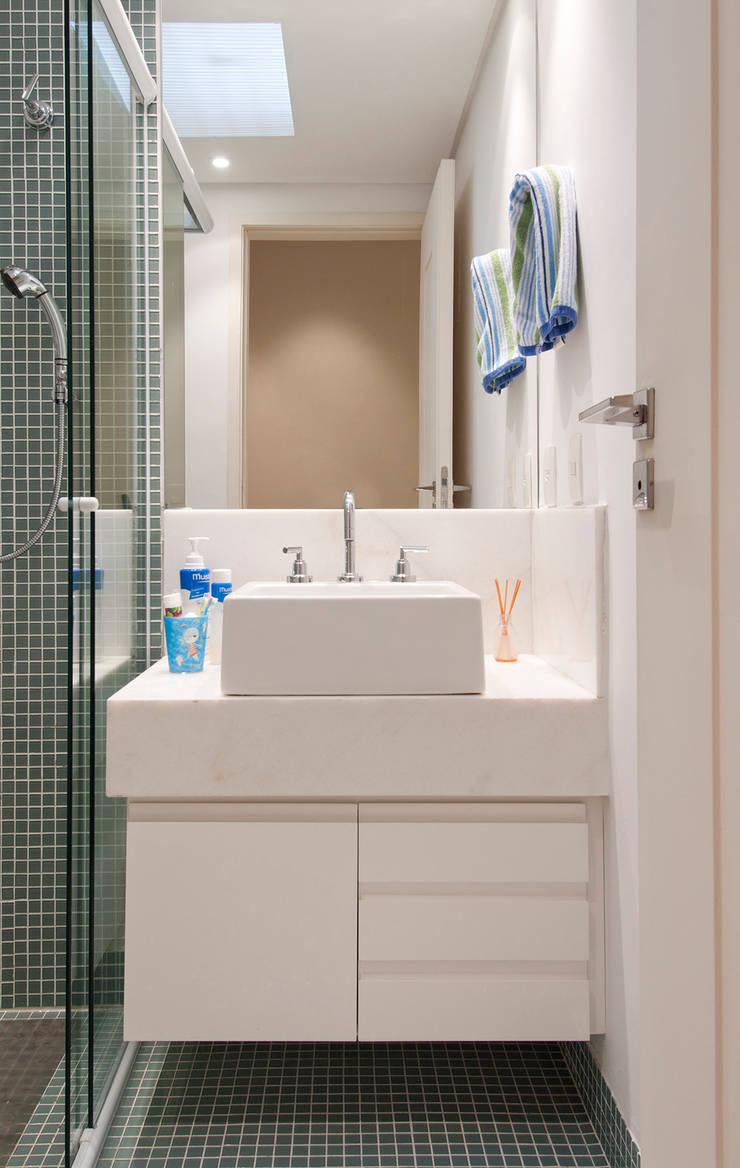 Casa Brooklin: Banheiros  por Figoli-Ravecca Arquitetos Associados