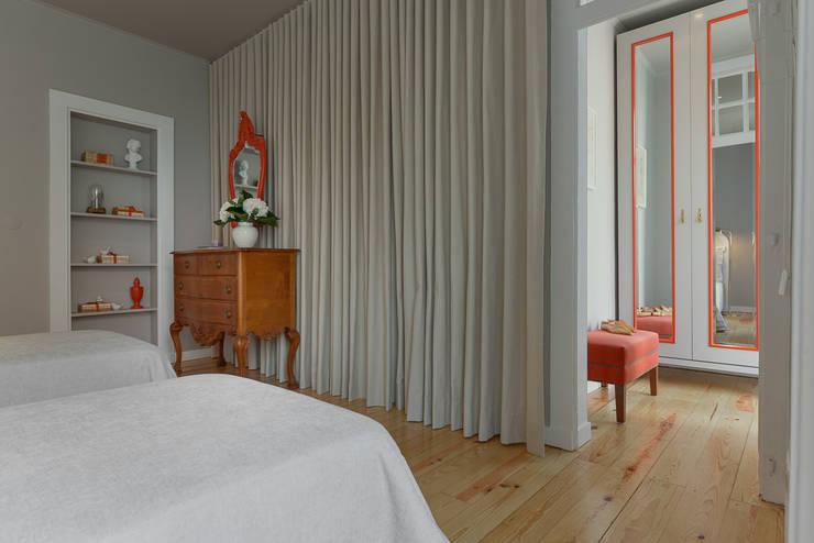"""Pied-à-terre"" in Lisbon: Closets ecléticos por INSIGHT - Interior Architecture and Design"