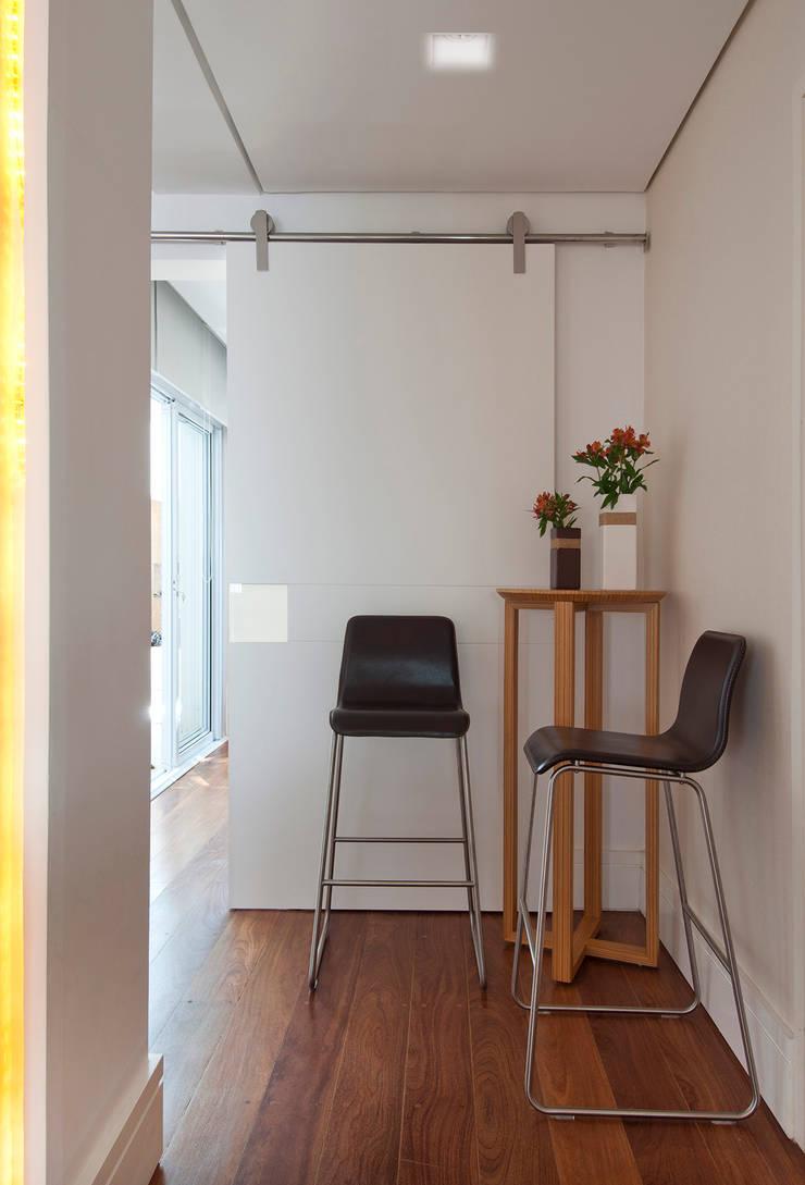 Casa Brooklin: Corredores e halls de entrada  por Figoli-Ravecca Arquitetos Associados