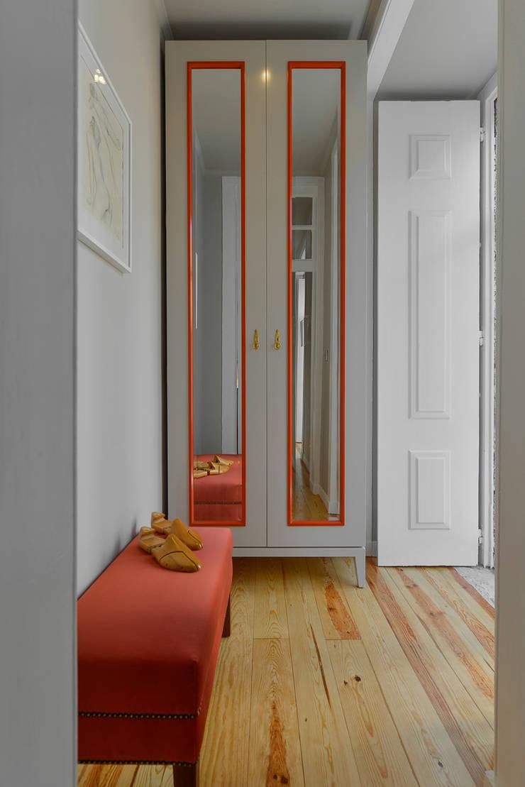 <q class='-first'>Pied-à-terre</q> in Lisbon: Closets  por INSIGHT - Interior Architecture and Design